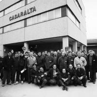 I lavoratori della Casaralta davanti al nuovo stabilimento, Da: Casaralta s.l., s.d.,
