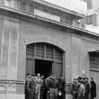 """Operai all'entrata dello stabilimento Archivio storico sindacale """"Paolo Pedrelli"""""""