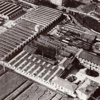Veduta delle Officine di Casaralta negli anni '40. A destar, in basso Via Ferrarese Da: Officine di Casaralta, s.l., s.d