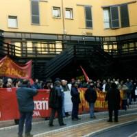Presidio lavoratori Casaralta-Bredamenarinibus presso sede INAIL per il riconoscimento esposizione amianto, 1997, Bologna, Archivio fotografico Fiom Bologna.