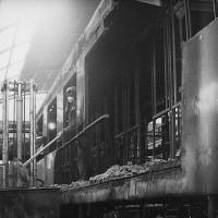 Fase di demolizione – ricostruzione delle carrozze ferroviarie con in evidenza polvere di amianto, metà anni Settanta, Officine di Casaralta, Da: Casaralta.